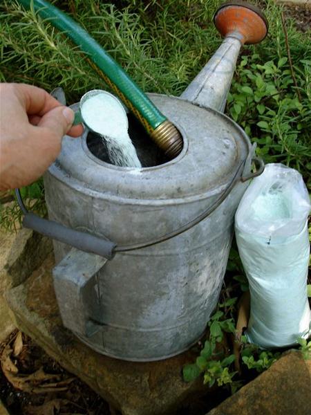 fertilizer-powder-wateringcan